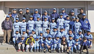 ブルーのユニフォームを着た選手ら