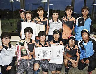 優勝した北中ソフトテニス部の選手たち