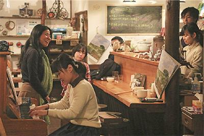 2月16日「ひつじ豆ライブ&ミニボイスワークの会」でピアノの生音と柔らかな歌声が店内に響いた
