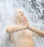 じっと滝を浴びる森重さん