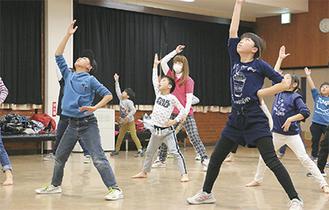 懸命にダンスを練習する子どもたち