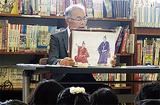 紙芝居を読む高橋さん