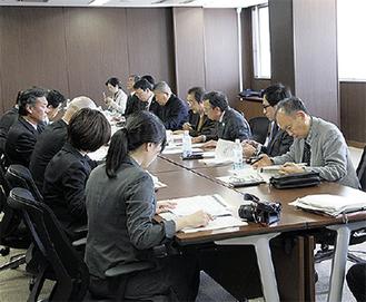 各委員会から9人が参加した(右列)
