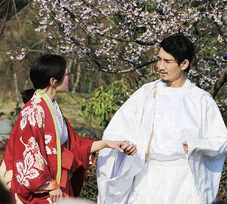 梓役の津内口さんの手をひく実朝役の清水さん(右)