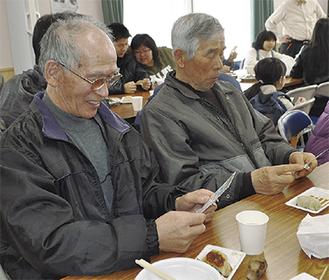 ラーメンと餃子を食べ、ビンゴ大会を楽しむ団地の人たち