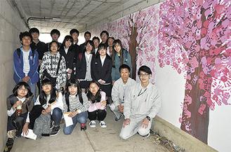 完成した桜のトンネルアートと関わった生徒・学生ら