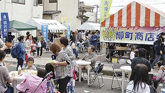多くの人で賑わったお祭り広場(昨年)