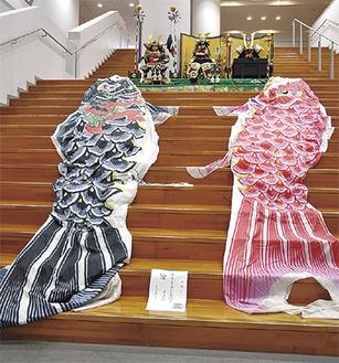 大階段に飾られた鯉のぼりと五月人形