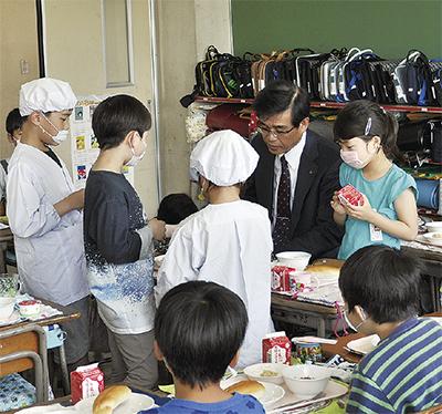 児童と懇談する高橋市長