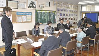 会議であいさつする関野座長(左)
