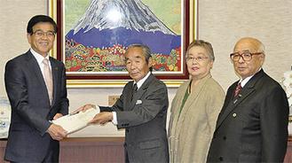 高橋市長に技術援助請求を行う桐山会長(左から2番目)