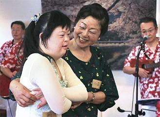 ダンスを披露する実季さん(左)と母・君江さん