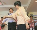 来場者と踊る里美さん