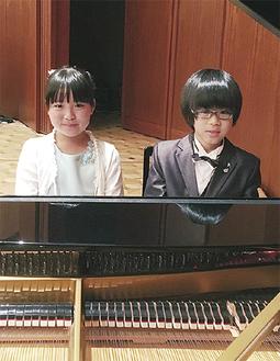 共演した鈴木さん(左)と森脇さん