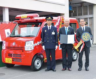 車両の前に立つ宮村副市長、原会長、村山明消防長(右から)
