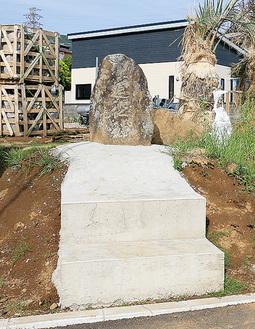 コンクリートの土台に設置された道祖神