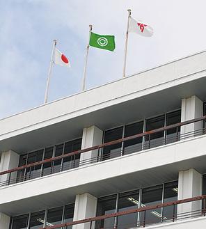 メインポールに掲げられた関市の旗(中央)