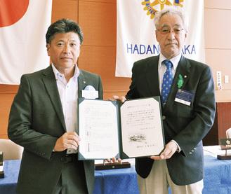 感謝状を手にする川口会長(右)