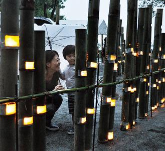 花鳥神社の竹あかりを観に訪れた親子