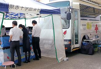献血を待つ職員ら