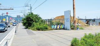 造成工事中の出店予定地=平沢、6月25日撮影