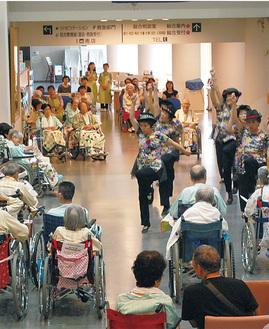 出演者の踊りを楽しむ入院患者ら