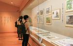 原画と詩がリズムよく並ぶ展示会場