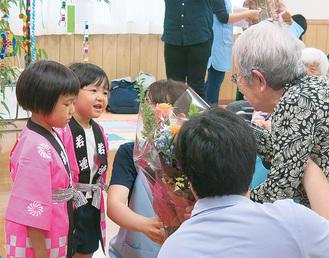 プレゼントのやり取りをする園児と高齢者
