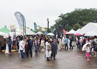 雨の中、大勢の来場者でにぎわった昨年のフェス会場