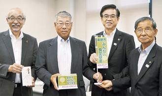 第一号寄付と寄付金箱の贈呈を受ける佐野会長(右)