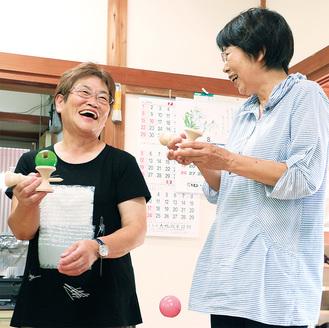 仲間とけん玉を体験しながら「福祉けん玉が浸透していけばいいですね」と話した岩田会長(左)