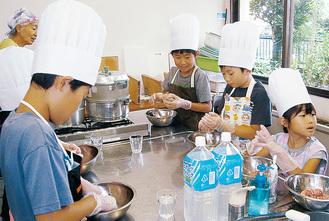 笑顔で料理する子どもたち