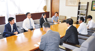 高橋市長に連携を求める清田会長ら
