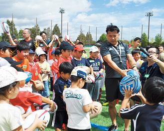 子どもたちにボールの持ち方を教える吉田氏