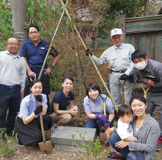 かながわ2780ロータリーEクラブのメンバーと原会長(中央左)