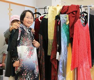 衣装合わせでドレスに笑顔を浮かべる参加者の人たち