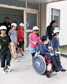 障害者と校舎内を散策する児童