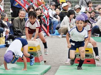 園児たちの一生懸命な走りに歓声があがった