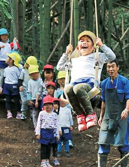 小野さん(右)が見守る中遊ぶ園児