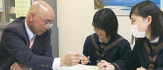 放課後、生徒の質問に答える山口教諭(左)
