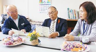 左から瓜本館長、高橋連合会長、横山会長