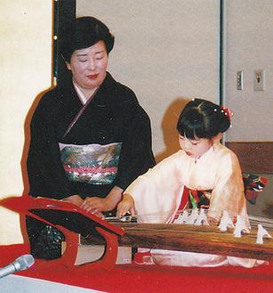 門下生に寄り添う西原さん(左/1992年)