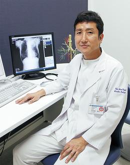 加志崎医師は日本呼吸器学会専門医・指導医で日本呼吸器内視鏡学会専門医・指導医。日本アレルギー学会専門医の資格も持つ。