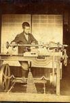 初代の太吉氏による旋盤加工の様子