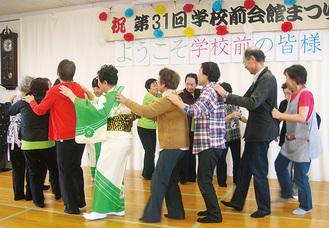 まつりの最後にジェンカを踊る参加者