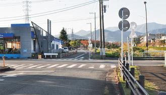 バリケードが外され古墳公園前信号まで通れるようになった道路(写真奥)