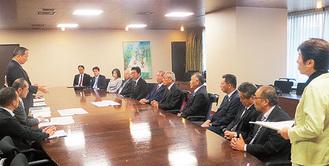 県庁を訪れた議連のメンバー