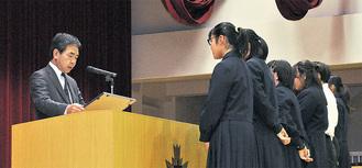 表彰を受ける東中生徒会