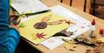 集めた落ち葉で絵を作っているところ