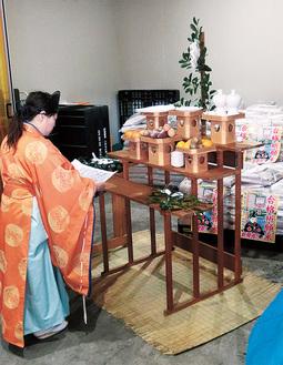 合格祈願を行う菅原神社の上水宮司